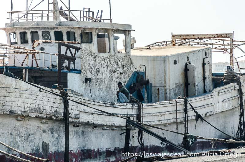 barco de pesca pintado de blanco y desconchado en masirah