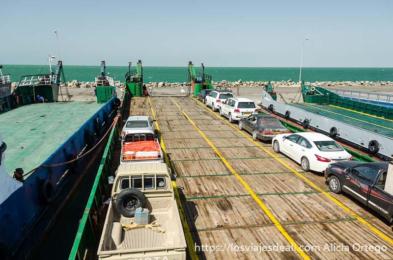 coches aparcados en el ferry a masirah