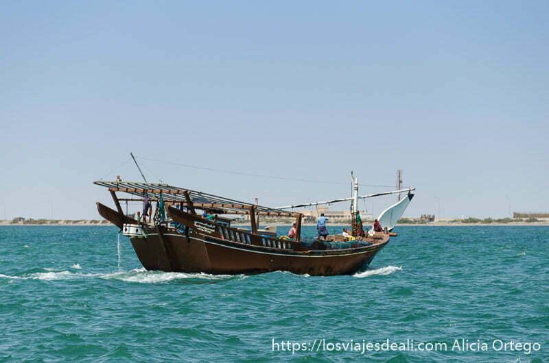 dhow navegando hacia la costa de masirah