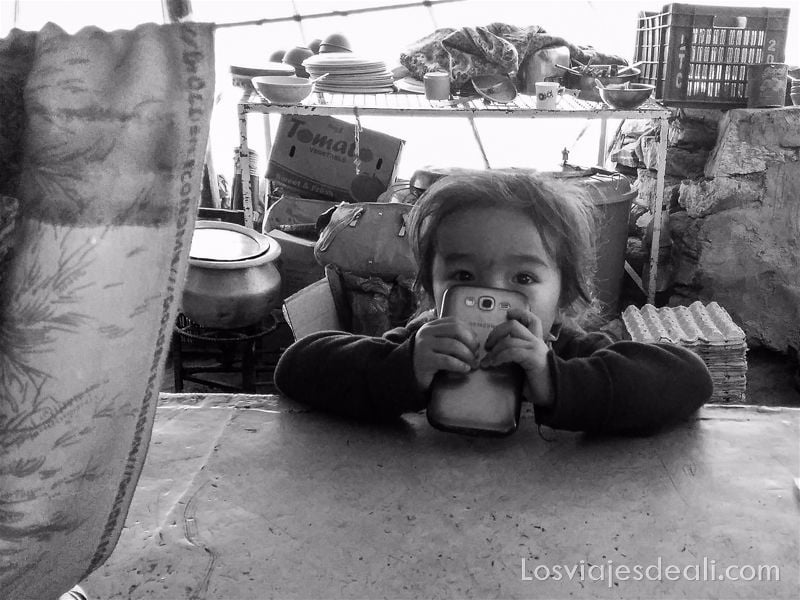 niña del puesto de chai en lago pangong