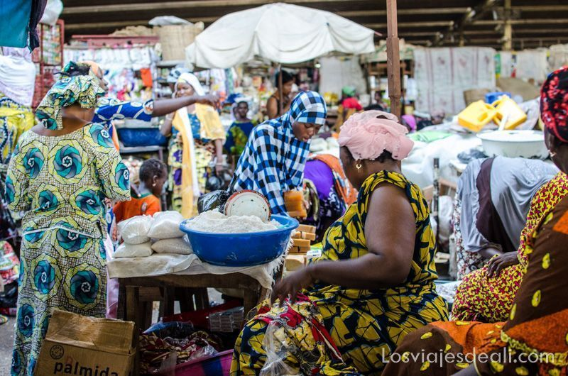 mujeres y mucho color en Benin mercados del mundo