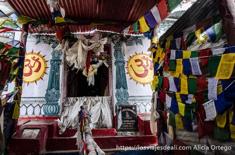 gompa con banderas de oración y campanas de camino al lago pangong