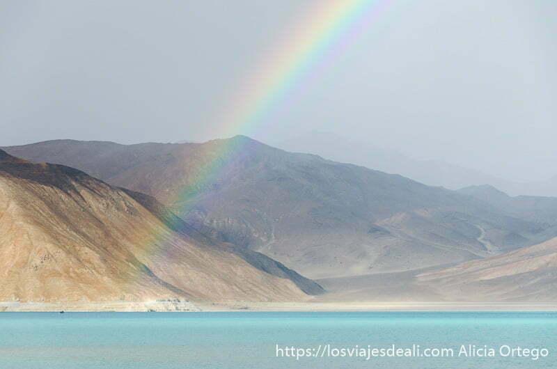 arco iris sobre las aguas turquesas del lago pangong