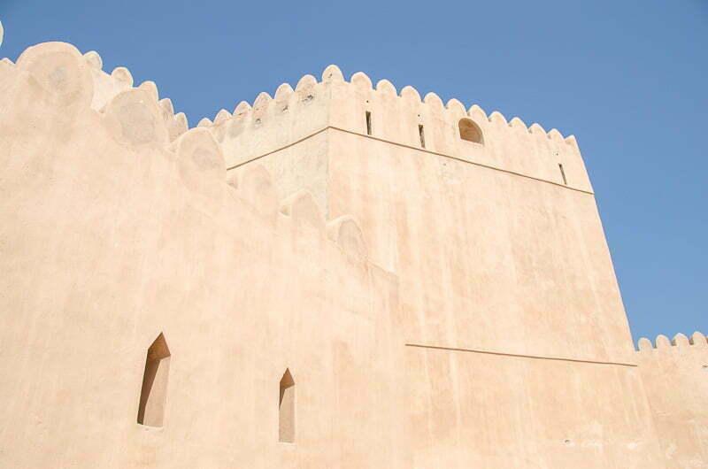 murallas de adobe del fuerte de barka junto al mercado de pescado en omán