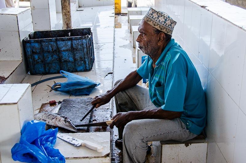 hombre cortando pescado en omán