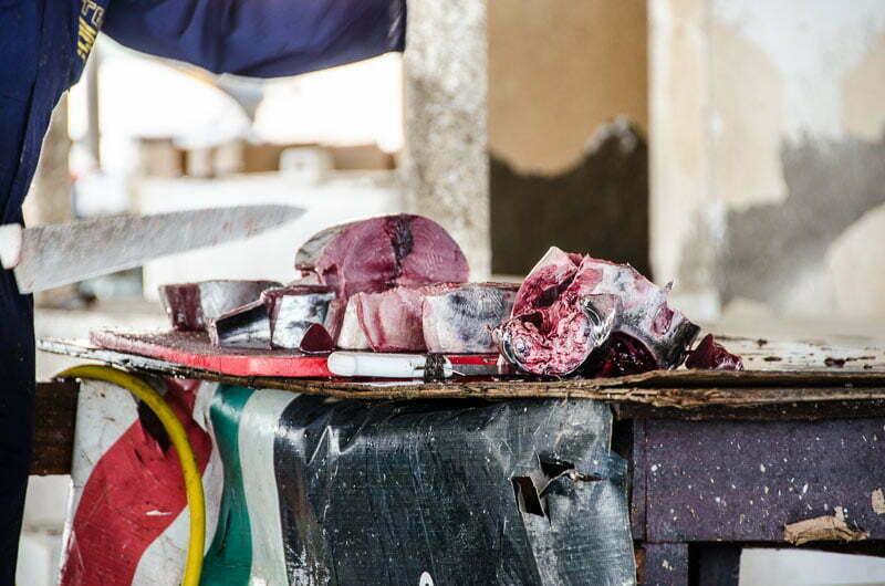 cortando atún en un mercado de pescado en omán