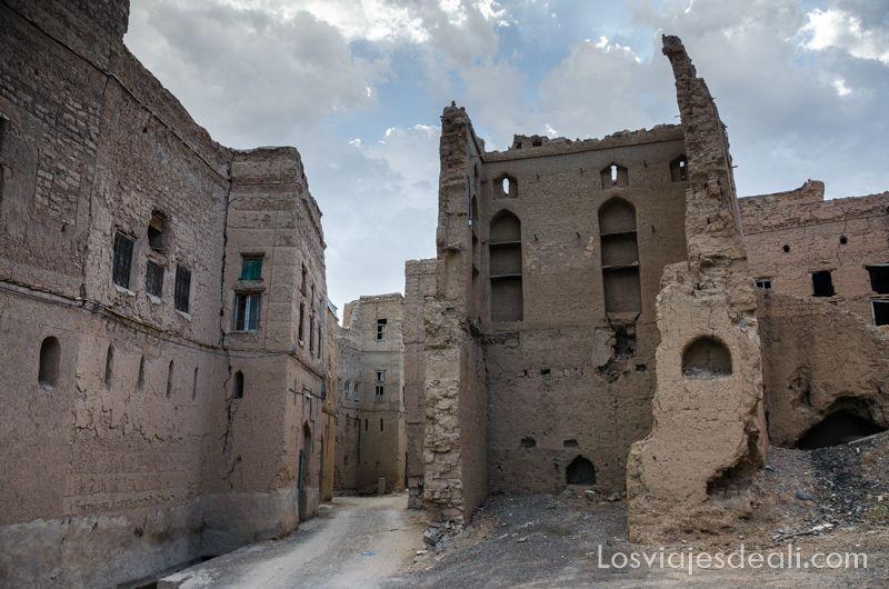 calles de Al Hamra un pueblo de montañas de Omán