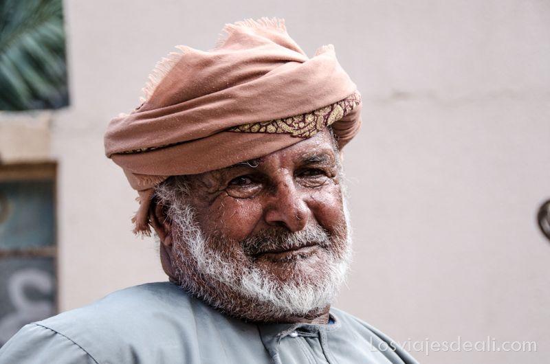 anciano de Al Hamra en las montañas de Omán