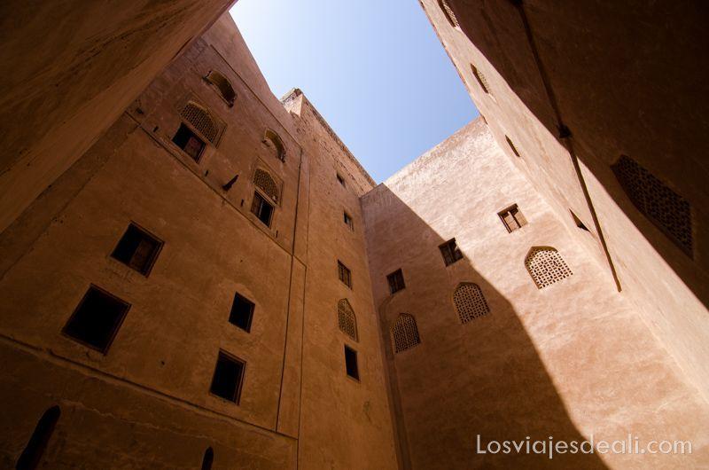 patio del castillo Jabrin en las montañas de Omán