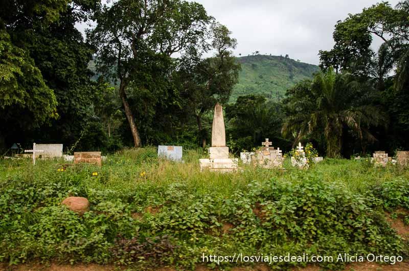 cementerio cristiano en medio del campo cerca de natitingou