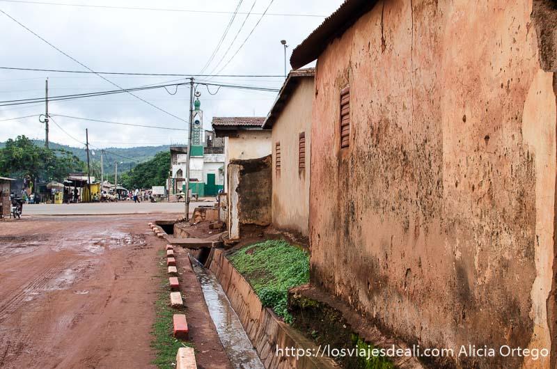 calle de natitingou con una mezquita al fondo