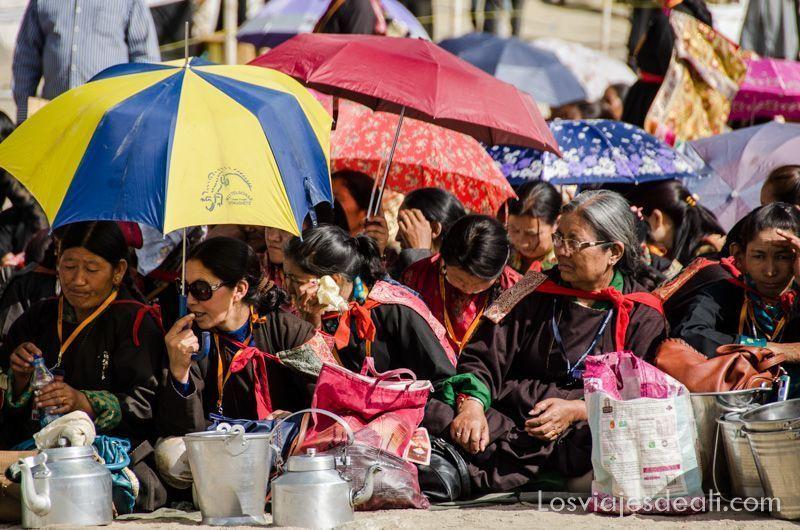 mujeres en una conferencia del Dalai Lama