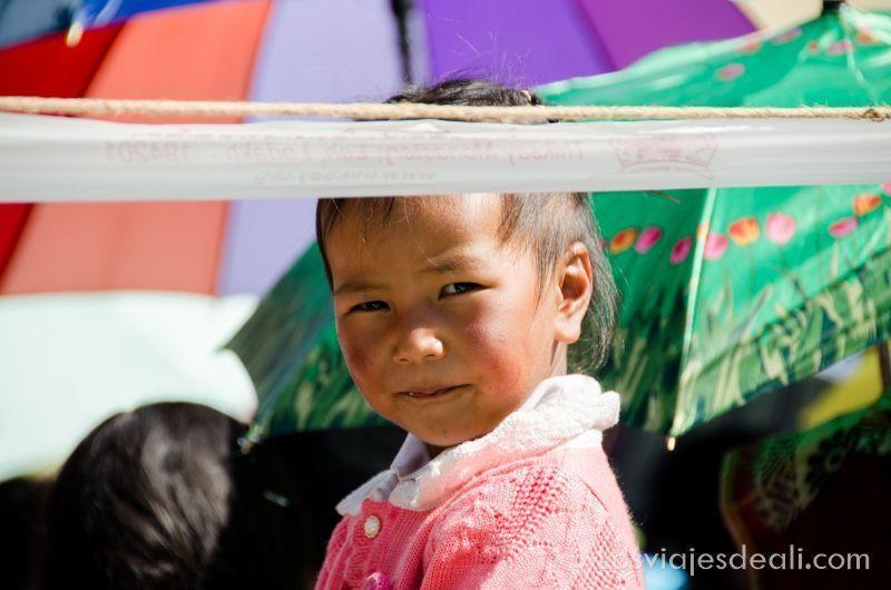 niña en una conferencia del Dalai Lama