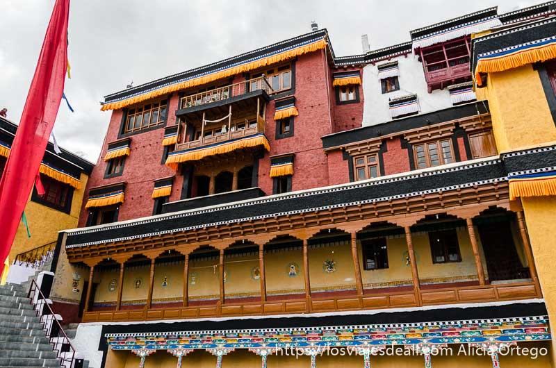 fachada de monasterio budista pintado de colores valle del indo