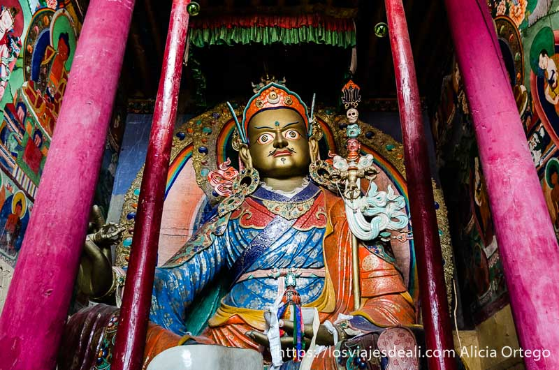 estatua de dios budista gigante llena de colores valle del indo