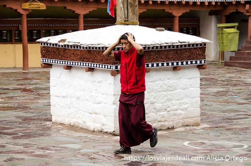 monje budista corriendo por el patio por la lluvia valle del indo