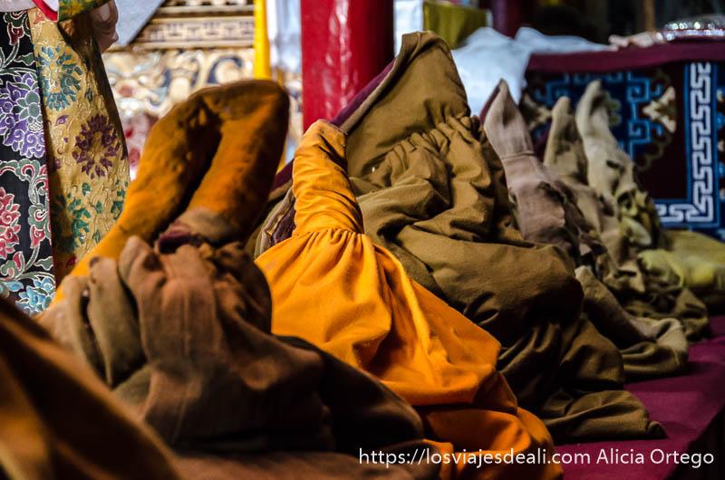 mantos que  utilizan los monjes para abrigarse en las oraciones valle del indo