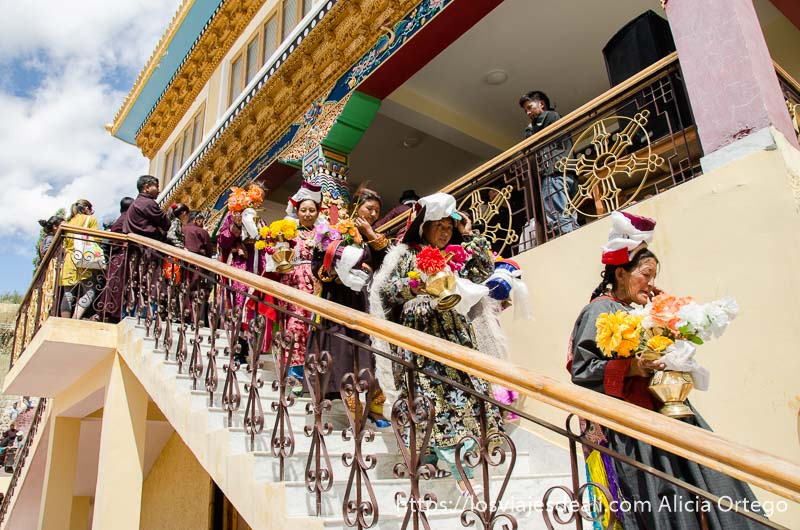 mujeres bajando por las escaleras del monasterio con ramos de flores en la mano valle del indo