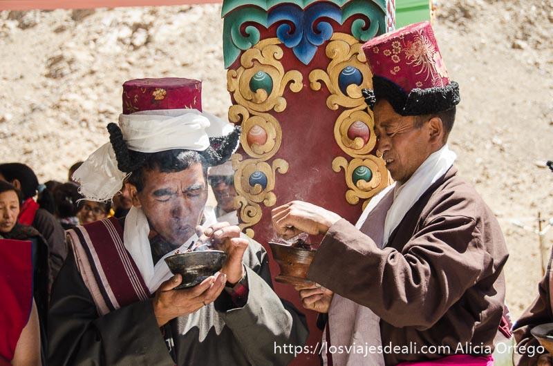 dos hombres soplan el pebetero de incienso valle del indo