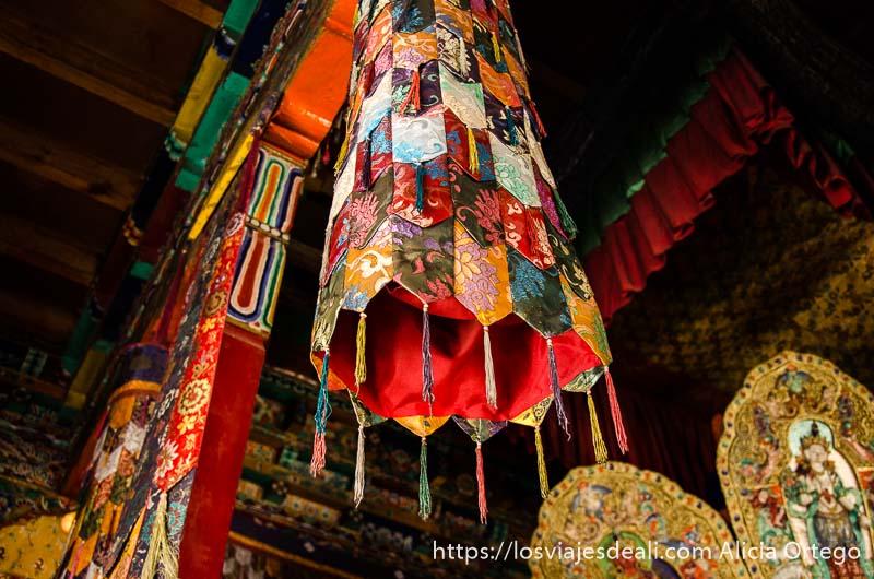 especie de campana hecha de retales de seda de colores cuelga del techo del monasterio valle del indo