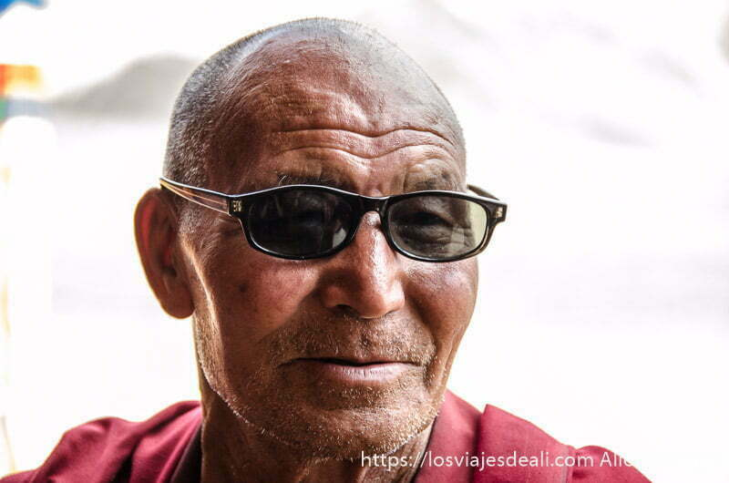 monje anciano budista tibetano con gafas de sol valle del indo