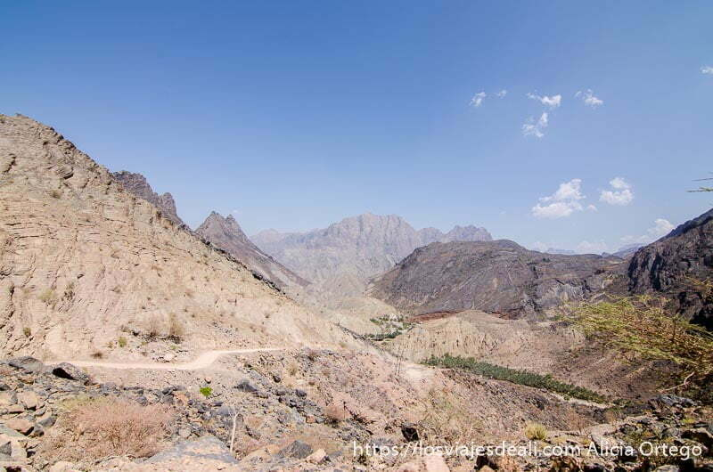 montañas de la cordillera al hajar con oasis al fondo de un valle
