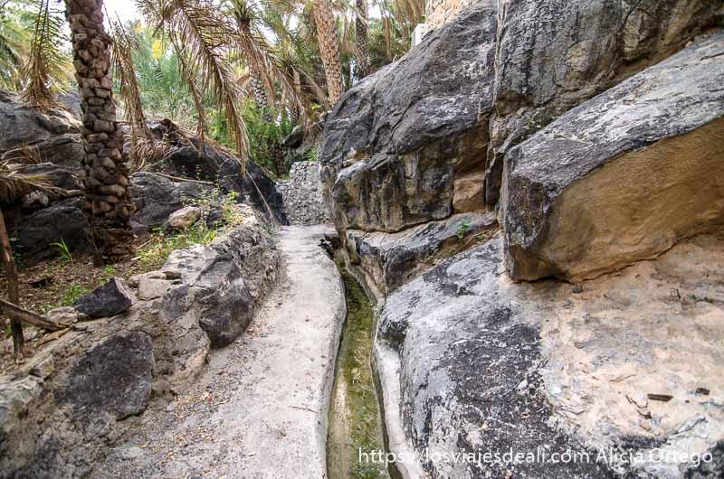 canal de agua entre rocas en la cordillera al hajar
