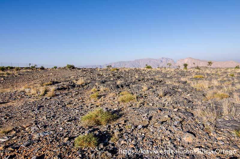 paisaje de piedra con cielo muy azul en la cordillera al hajar