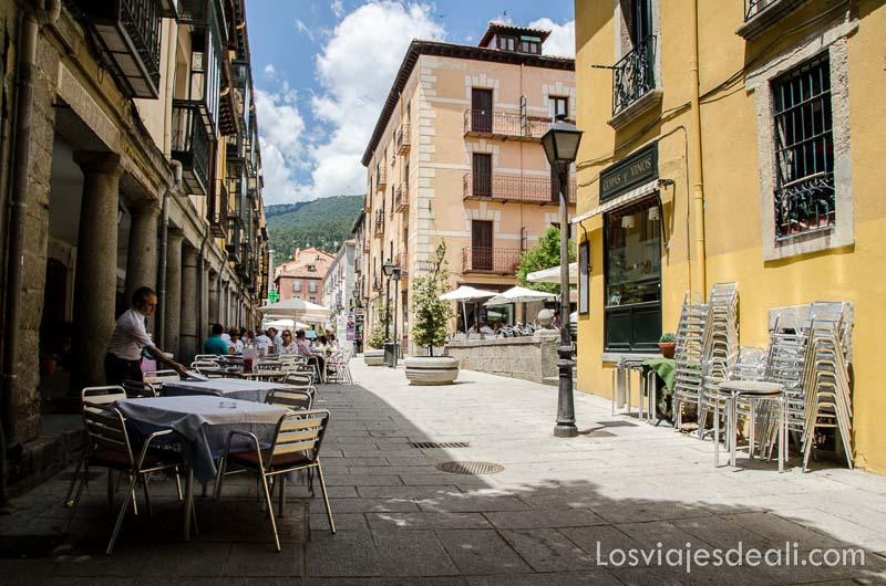 calle del pueblo de el escorial con terrazas un fin de semana en la sierra de madrid