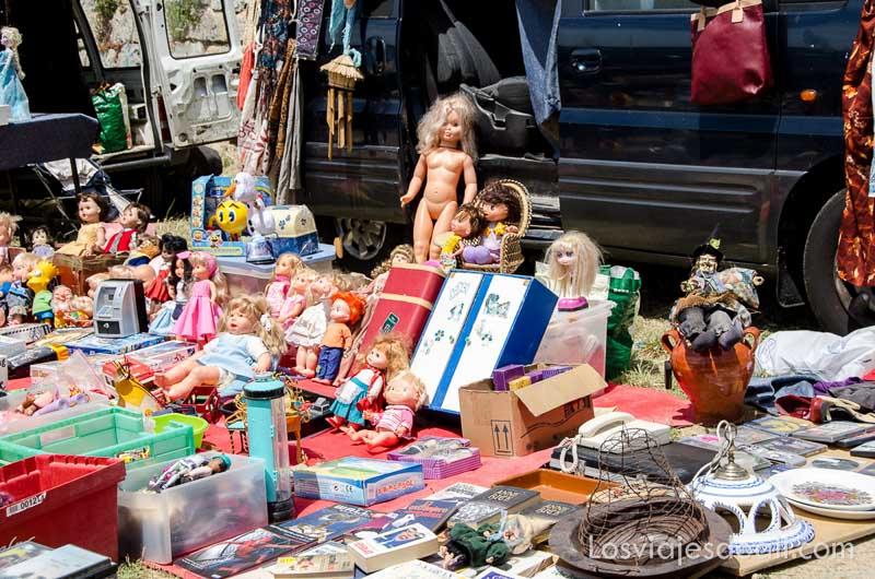 puesto del mercadillo con muñecas antiguas un fin de semana en la sierra de madrid