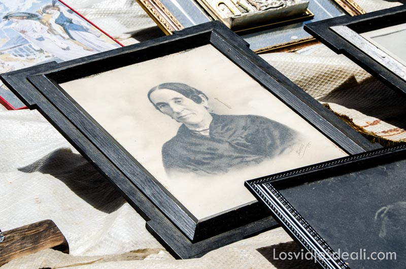 foto antigua de una mujer en mercadillo de navacerrada un fin de semana en la sierra de madrid