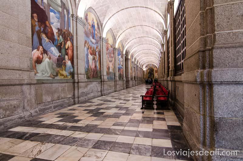galería del monasterio de el escorial con pinturas