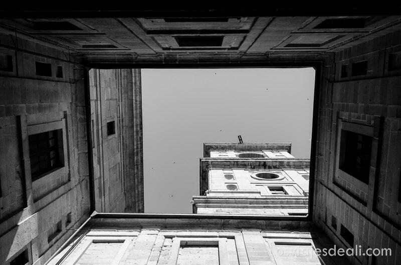 vista de una torre del escorial desde el patio interior un fin de semana en la sierra de madrid