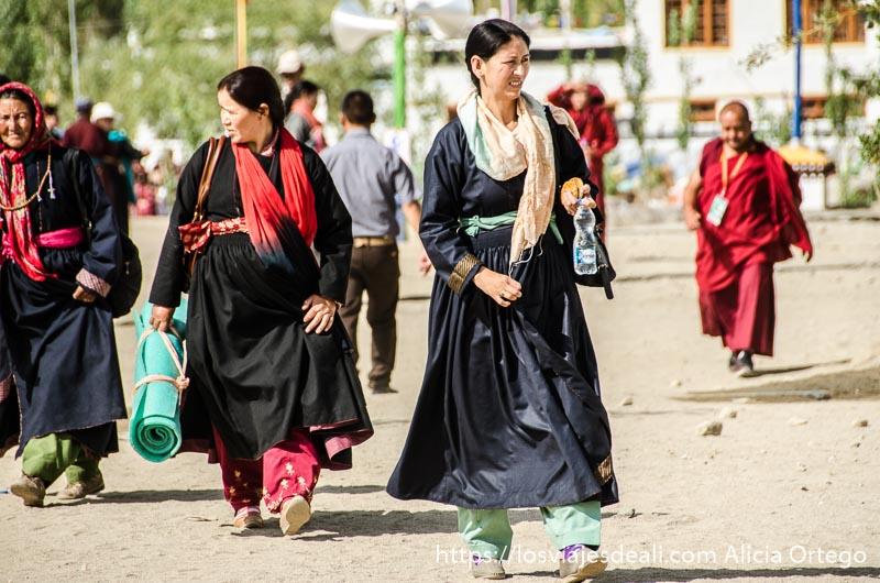 mujeres tibetanas andando una conferencia del dalai lama