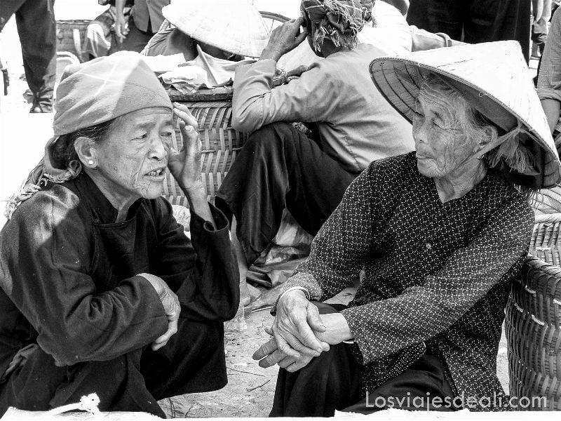 ancianas en el mercado de bac ha vietnam