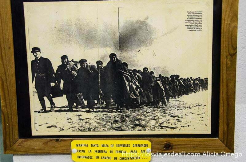 grupo de hombres andando en el campo tras la batalla del jarama