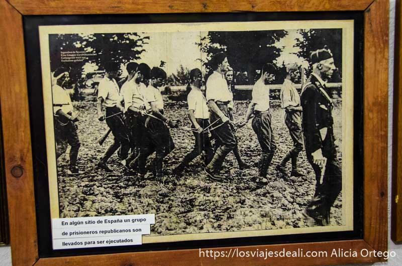 foto donde se ve a fila de hombres conducidos por soldado para fusilarles batalla del jarama