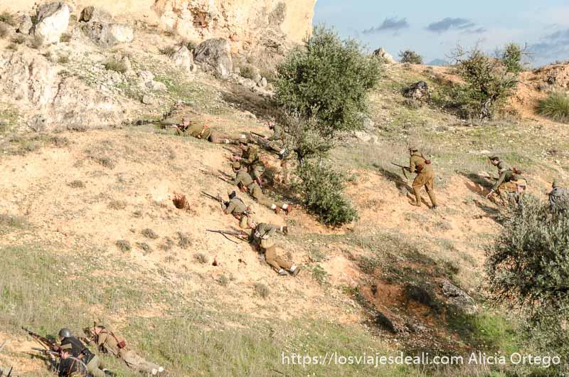 hombres luchando en el monte en recreación de la batalla del jarama