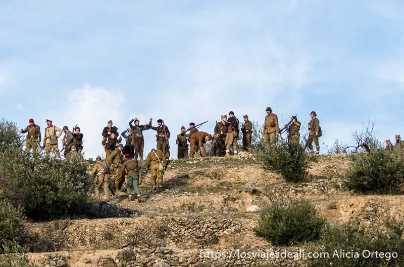soldados de los dos bandos en lo alto de la colina recreación batalla del jarama