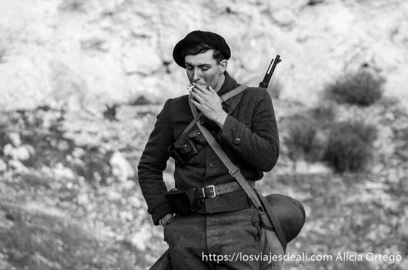 chico inglés vestido de soldado republicano fuma mientras anda pensativo batalla del jarama