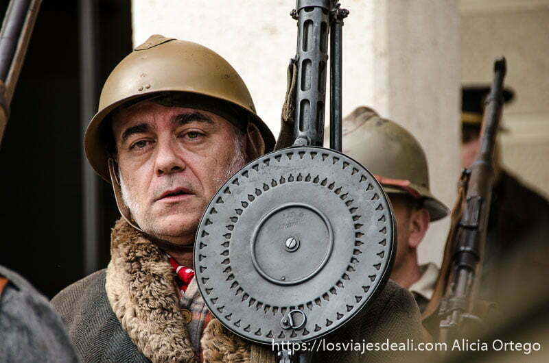 soldado con casco y metralleta al hombro batalla del jarama