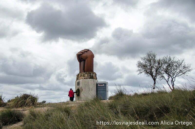 monumento a la solidaridad en morata de tajuña con dos manos grandes unidas