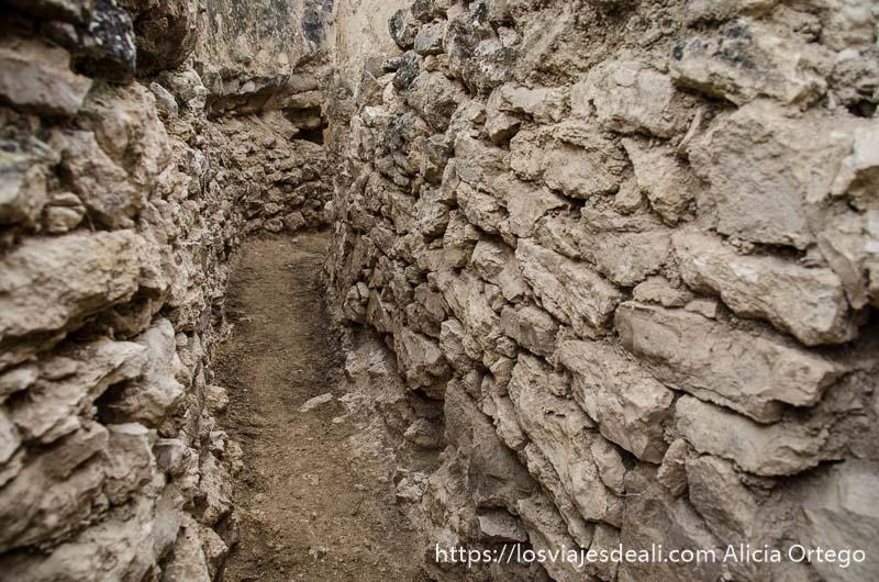 pasillo de trincheras hecho con piedras batalla del jarama