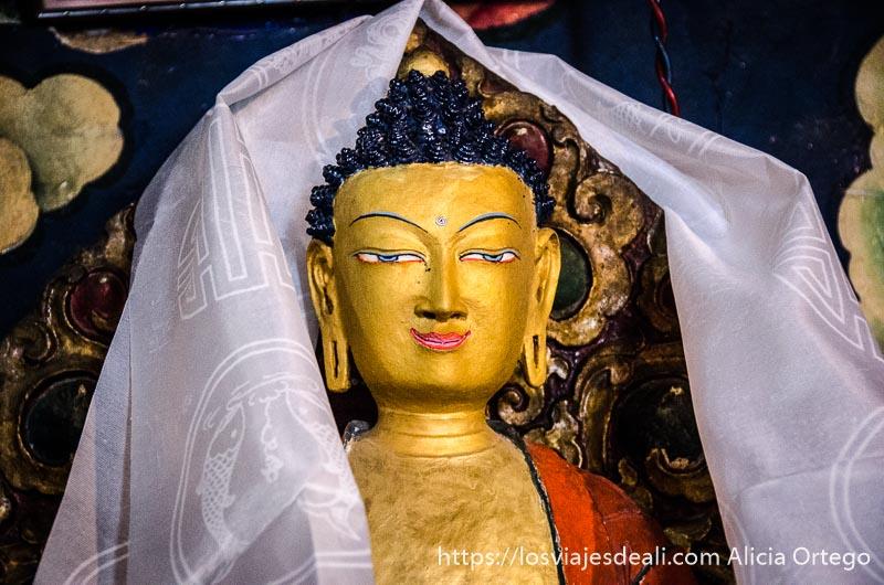 estatua de buda con cuerpo pintado de oro trekking cerca de leh