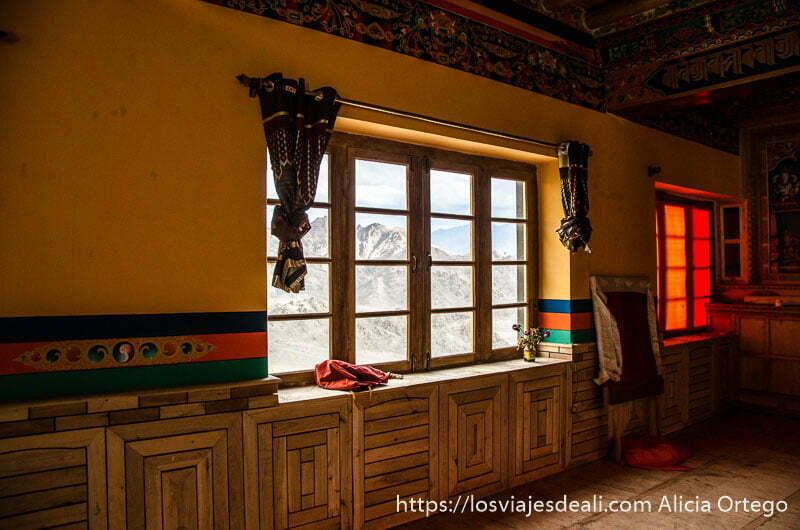 sala del templo con ventanal trekking cerca de leh