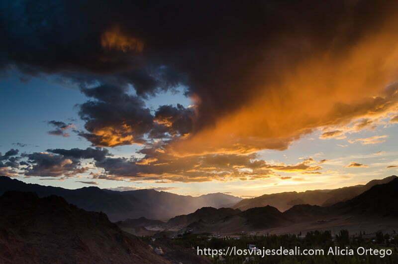 atardecer con gran nube enrojecida sobre el valle trekking cerca de leh