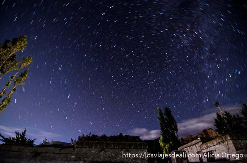 foto circumpolar con estrellas haciendo círculo alrededor de estrella polar trekking cerca de leh