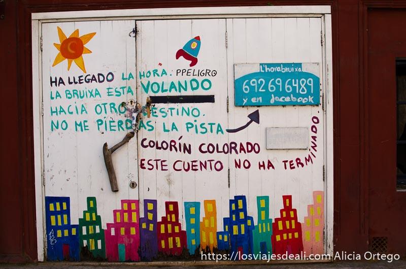 """puerta de jardín de infancia donde se lee """"y colorín colorado este cuento se ha acabado"""""""