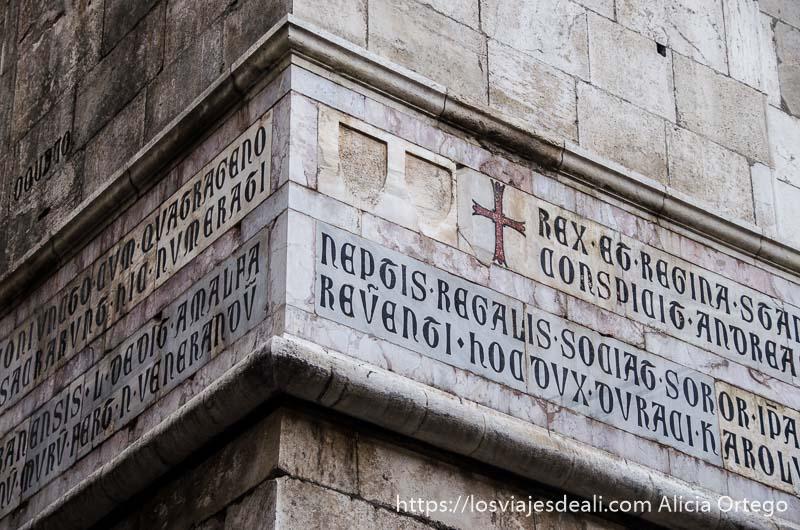 esquina de edificio antiguo con inscripción en latín paseos por nápoles