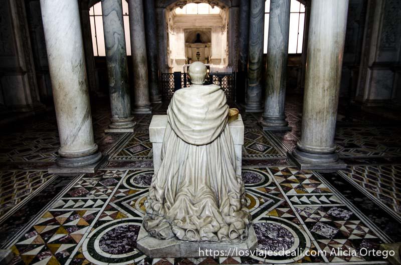 estatua de mármol de sacerdote arrodillado en la cripta de la catedral paseos por nápoles